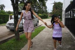 CUIDADA. Valentina (derecha) camina junto a una de sus hermanas, Belén, por las veredas del barrio. LA GACETA / FOTO DE EZEQUIEL LAZARTE